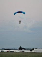 człowiek podczas skoku ze spadochronem