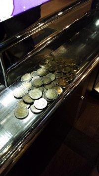monety na taśmie